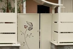 Cancellino fronte strada in metallo personalizzato con motivo floreale