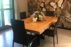 Tavolo in legno con base in metallo di design